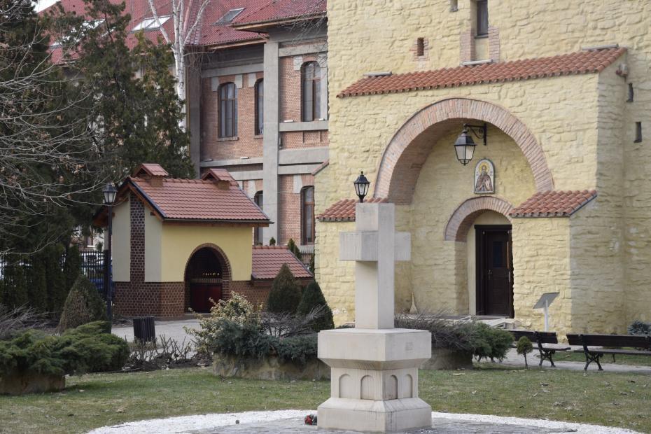 Lumânărar si intrarea bisericii